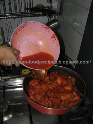 Add water to the vindaloo mixture