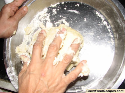 knead the apa de camarao dough