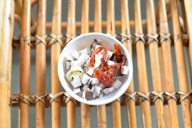 coconut garlic and kashmiri chillies
